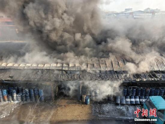 资料图:一建筑发生火情。解培华 摄