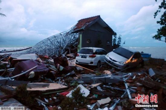 当地时间2018年12月26日,印度尼西亚抗灾署表示,印尼西部巽他海峡22日发生的海啸灾难造成的数百人死亡。