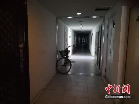 北京像素每层30户,走廊又暗又长。中新网 记者 邱宇摄