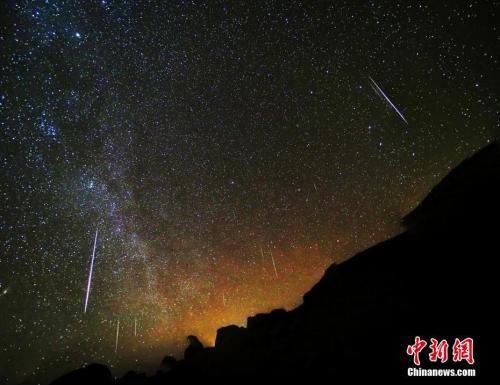 资料图:2018年12月14日凌晨,在青海省大柴旦乌素特(水上)雅丹地质公园内,200余颗流星划过夜空,上演了一场绝美双子座流星雨。(多张照片叠加)王俊峰 摄
