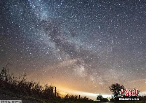 资料图:当地时间2018年4月20日,德国费马恩岛,天琴座流星雨划过天空。