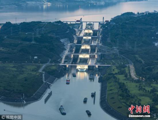 资料图:船舶有序通过位于湖北宜昌的三峡五级船闸。 林森 摄 图片来源:视觉中国