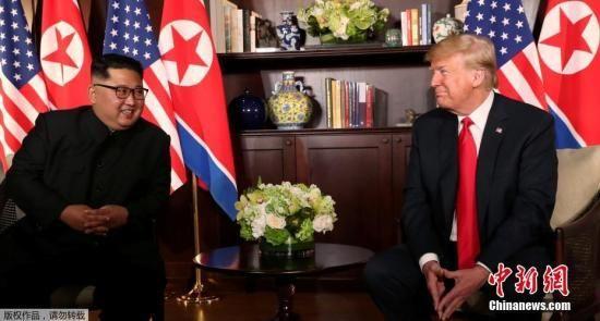 资料图:特朗普与金正恩首次会晤现场。