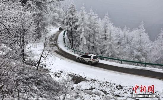 资料图:雪中开车出行需小心。朱华刚 摄