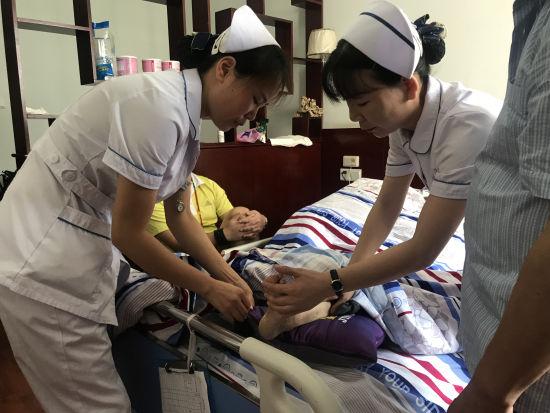 医疗团队入户为卒中患者家属示范家庭护理