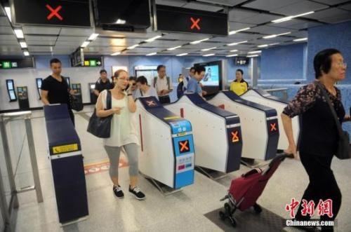 资料图:民众进入港铁车站。中新社记者 谭达明 摄