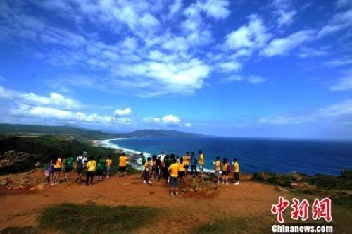 资料图:台湾屏东县旅游胜地垦丁海天一色的美景,吸引大批旅客前来游览。中新社发 王东明 摄