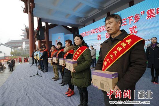 三峡广电总台赠送三十台收音机