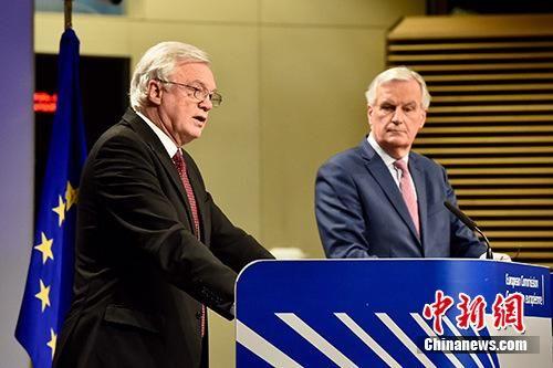 """当地时间2018年3月19日,脱欧谈判欧盟首席谈判代表巴尼耶(图右)与英国脱欧事务大臣戴维斯(图左)共见记者,宣布双方迈出""""决定性一步"""",就脱欧过渡期安排等议题达成协议,但棘手的英国北爱尔兰与爱尔兰边界问题仍悬而未决。 欧盟供图"""
