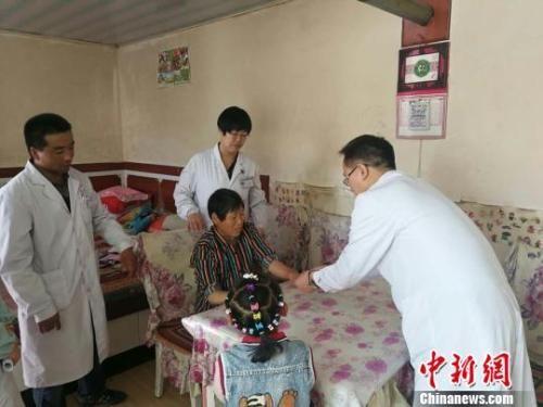 资料图:甘肃山丹县家庭医生上门为居民开展健康服务。 魏玲 摄
