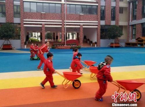 资料图:贵州省遵义市实验幼儿园第一分园的幼儿与教师在游戏中体验建筑设计。 黄蕾瑾 摄