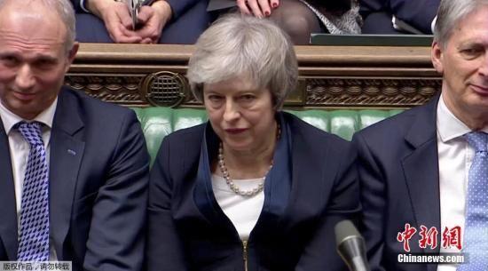 当地时间1月15日晚,英国议会下院以432票对202票,投票否决了此前英国政府与欧盟达成的脱欧协议。图为特蕾莎・梅在议会。