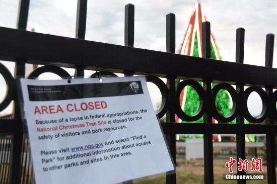 """当地时间2018年12月23日,受政府""""关门""""影响,位于白宫前的国家圣诞树区域因""""政府拨款缺失""""关闭。中新社记者 沙晗汀 摄"""