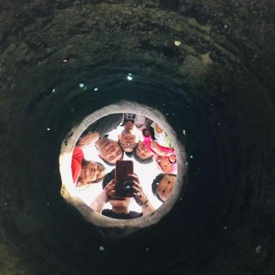 清澈的井水像一面镜子,清晰地照出人影 网友lansehuoyu007 摄