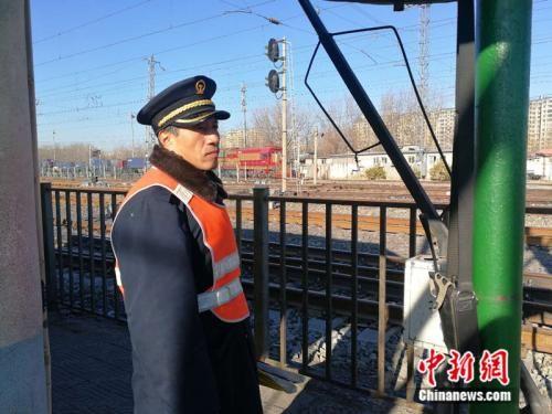 58岁的道口工张连弟正在在道口值守。 中新网记者 张尼 摄