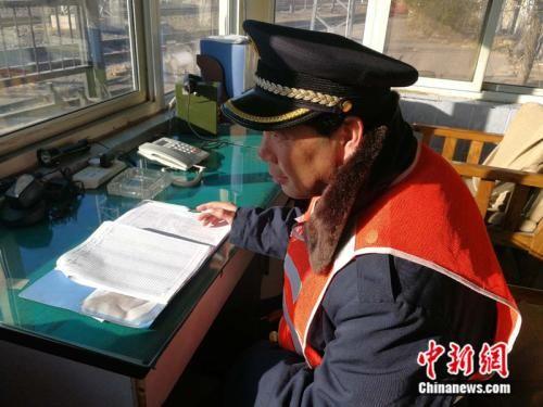 48岁的杨宝顺正在值班 中新网记者 张尼 摄