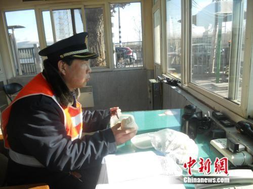 中午杨宝顺只能在值班室匆匆吃几口饭。