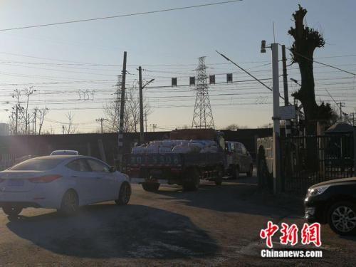 车辆经过繁忙的道口 中新网记者 张尼 摄