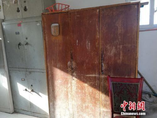 """更衣室内的木质衣柜已经变成""""老古董"""" 中新网记者 张尼 摄"""