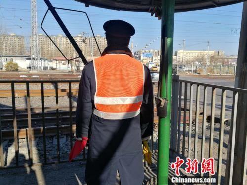张连弟的背影 中新网记者 张尼 摄