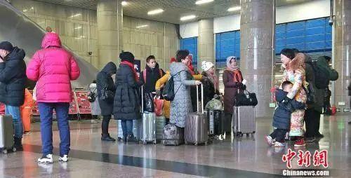 资料图:北京西站正在候车的旅客。姚露 摄