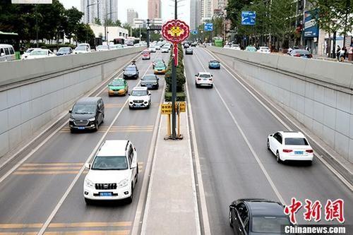 路上行驶中的汽车。中新社记者 张远 摄