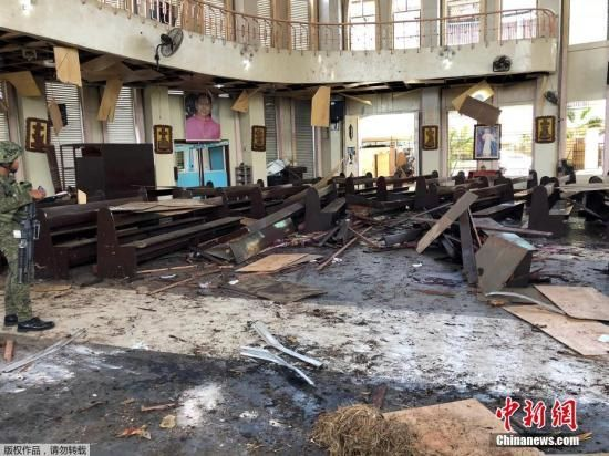 1月27日,菲律宾西南部苏禄省一天主教堂外发生连环爆炸。图为爆炸现场。