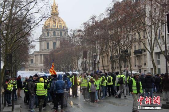 资料图:当地时间1月19日,巴黎遭遇自2018年11月以来的第十轮示威。很多示威者在荣军院外集聚。中新社记者 李洋 摄