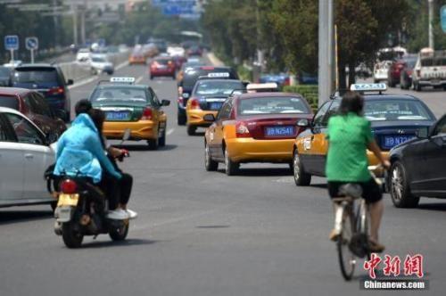 资料图:居民打车出行需求旺盛。中新网记者 金硕 摄