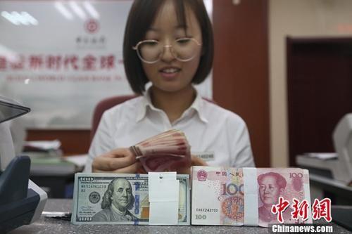 银行工作人员正在清点货币。中新社记者 张云 摄