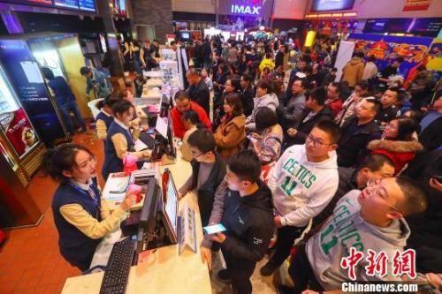 山西太原一影院,民众正在购票准备入场观影。 张云 摄