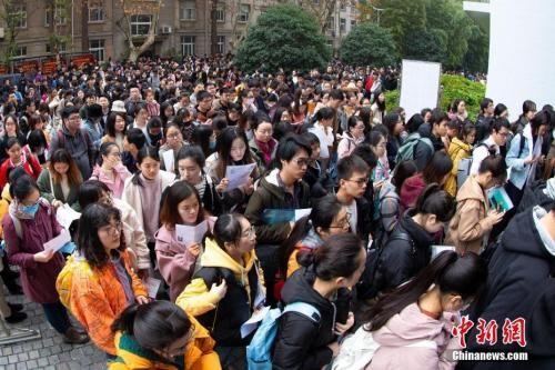 资料图:2018年12月2日,考生在南京林业大学考点进场参加考试。 中新社发 苏阳 摄 图片来源:CNSPHOTO