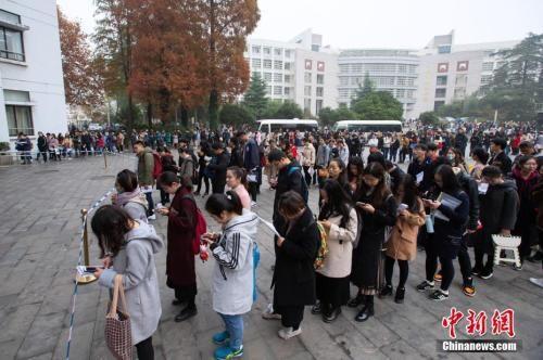 资料图:2018年12月2日,考生在南京林业大学考点等候进场参加考试。 中新社发 苏阳 摄 图片来源:CNSPHOTO