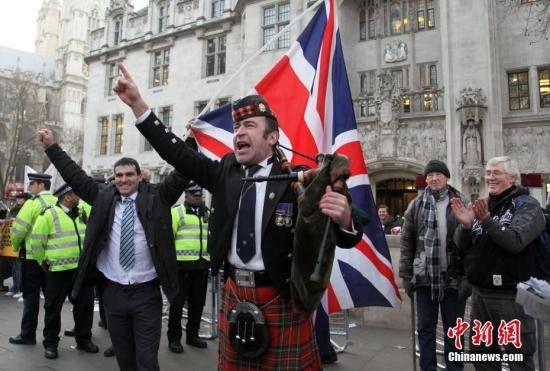 资料图:支持英国脱欧的民众发表演讲。 中新社记者 周兆军 摄