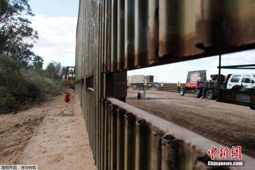 资料图:美国加州卡莱克西科的一段边境隔离墙。