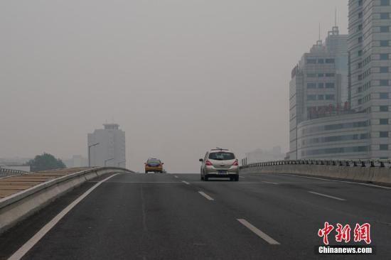 资料图:雾霾天气笼罩。中新社记者 崔楠 摄