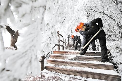 受低温雨雪天气影响,湖南张家界部分高海拔地区出现持续冰冻现象。图为工作人员清除冰雪,保障安全。 (新华社发)
