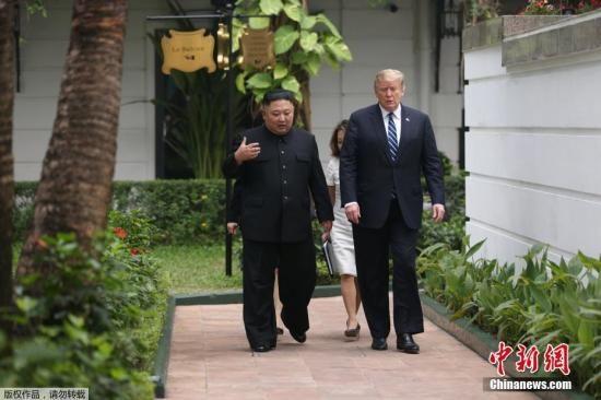资料图:金正恩与特朗普一对一会谈结束后,一同在花园散了一会步。