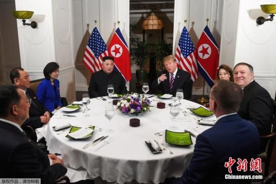 资料图:当地时间2月27日,第二次朝美首脑会晤在越南河内索菲特传奇大都会酒店举行。图为会晤后,两人共进晚餐。