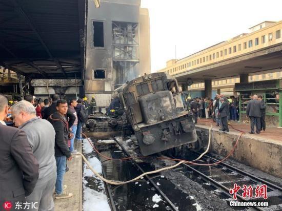 埃及首都开罗最大的火车站――拉姆西斯火车站,当地时间2月27日中午发生恶性爆炸事件,当时,一列由亚历山大进站的火车车头油箱发生巨大爆炸。事发后,警察迅速赶赴现场,封锁了拉姆西斯火车站。目前营救和调查工作正在进行。图片来源:东方IC 版权作品 请勿转载