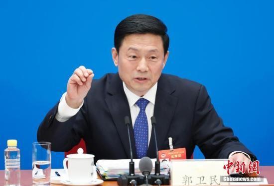 3月2日,全国政协十三届二次会议新闻发布会在北京人民大会堂举行,大会新闻发言人郭卫民介绍本次大会有关情况并回答中外记者提问。 中新社记者 杜洋 摄