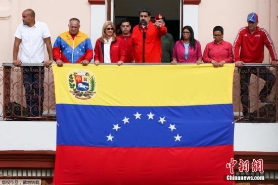 """1月23日,委内瑞拉反对党派在首都加拉加斯发起大规模游行,反对党领袖、委内瑞拉议会主席瓜伊多宣称为该国""""临时总统"""",随即美国总统特朗普以及拉美多国领导人表示承认,引发马杜罗强烈不满。图为当地时间1月23日,委内瑞拉总统马杜罗在首都加拉加斯参加集会并发表讲话。"""
