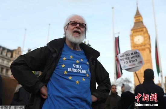 """当地时间2017年3月13日,英国伦敦,民众在国会大厦前聚集示威。英国议会上院投票通过""""脱欧""""法案,这为英国正式启动""""脱欧""""扫清了法律障碍。英国首相在获得英国女王授权后,即可启动""""脱欧""""。"""