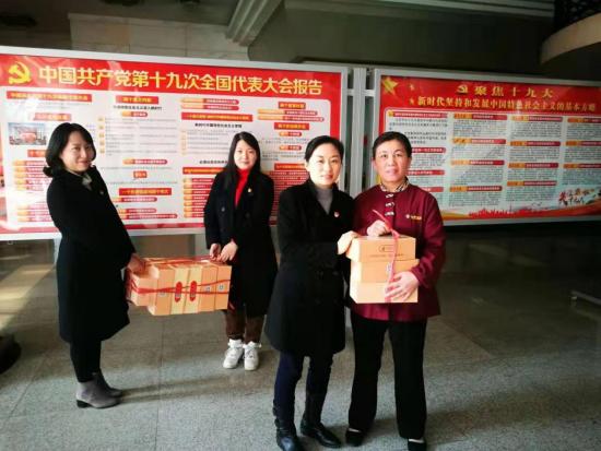 图为营业室党支部委员戴娟带领团员青年员工慰问武汉万吉物业公司工作人员并送上劳保布鞋。 陈丽坤 摄