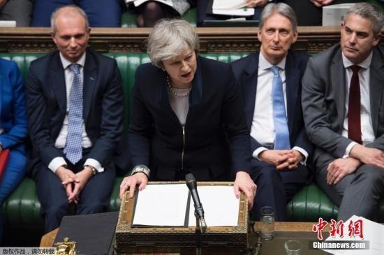 资料图:当地时间1月15日晚,英国议会下院以432票对202票,投票否决了此前英国政府与欧盟达成的脱欧协议。协议被否后,反对党工党立即对政府发起不信任动议。特蕾莎・梅表示,如果挺过不信任投票,她将遵循两个阶段程序来打破英国脱欧僵局。