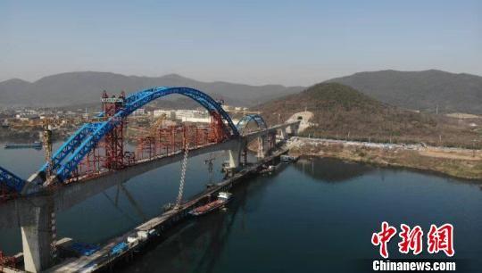 汉十高铁崔家营汉江特大桥主拱合龙。项目建设方提供