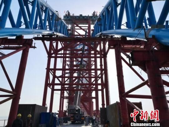 汉十高铁崔家营汉江特大桥主拱合龙。 明琼洁 摄