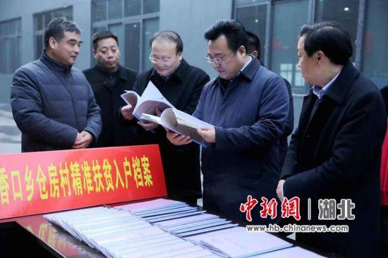郧西县委书记张涛在香口香仓房村走访