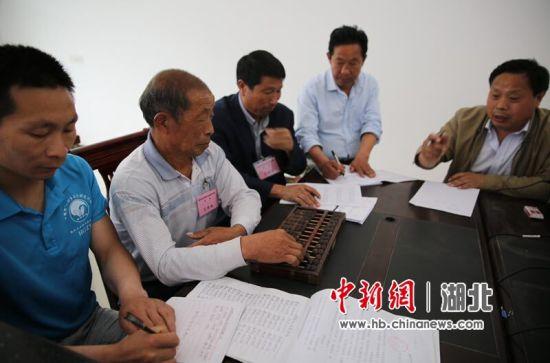 火车岭村务监督员在核查村里财务支持账目