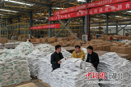 廖仔杰(中)和同事在公司的仓库